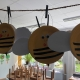 Bastelbienen hängen an der Zimmerdecke