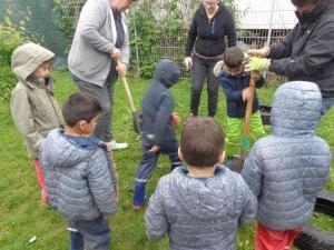 Kinder mit Spaten graben in der Erde