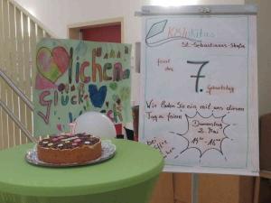 Einladungstafel im Flur mit Torte und Geburtstagsplakat