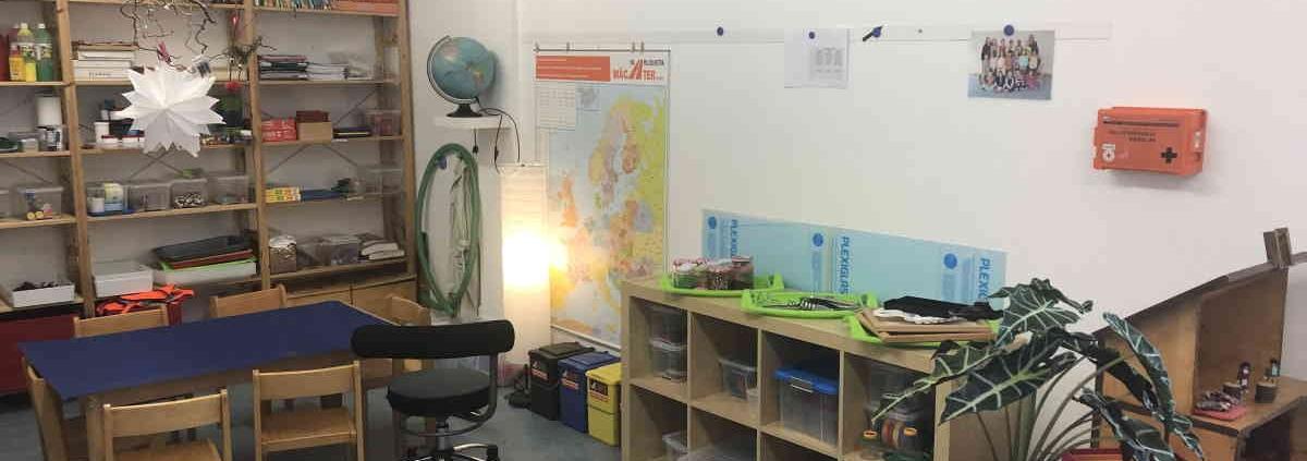 Forscherwerkstatt für die Kinder mit Arbeitsplatz, Stühlen und Regal für Arbeitsmaterial