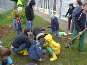 Kinder hocken auf der Wiese