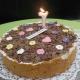 Torte mit Kerze und bunter Deko