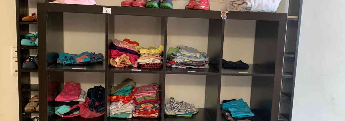 Regal mit sortierter Kinderkleidung