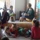 Verkleidete Kinder, die auf dem Boden herum krabbeln