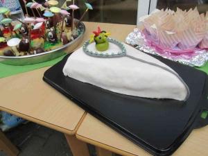 Weißer, mit Männchen verzierter Kuchen auf einem Tablett