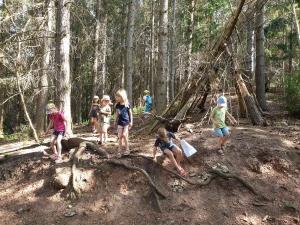 Kinder bei der Schatzsuche im Wald