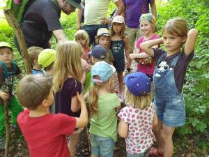 Kinder stehen um die Schatzkiste und warten auf ihre Gummibärchen