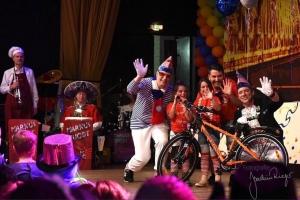 Alle freuen sich über das schöne Fahrrad