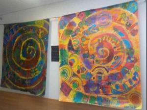 2 große Spiralenbilder an einer Wand