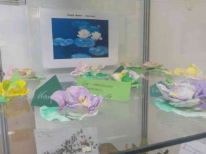 Modellierte Seerosen hinter Glas