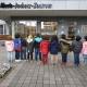 Kinder mit dem Rücken zum Betrachter stehend vor den Eingangstüren des Marie-Juchacz-Zentrum