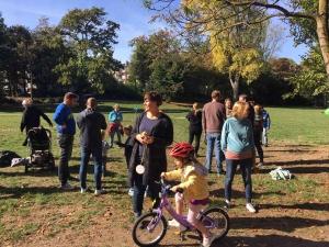 Zuschauergruppe des Spendenlaufs im Park