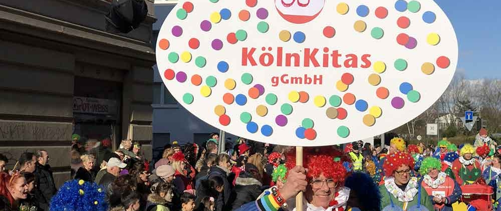 Schildträger der Gruppe 35 Köln Kitas gGmbH
